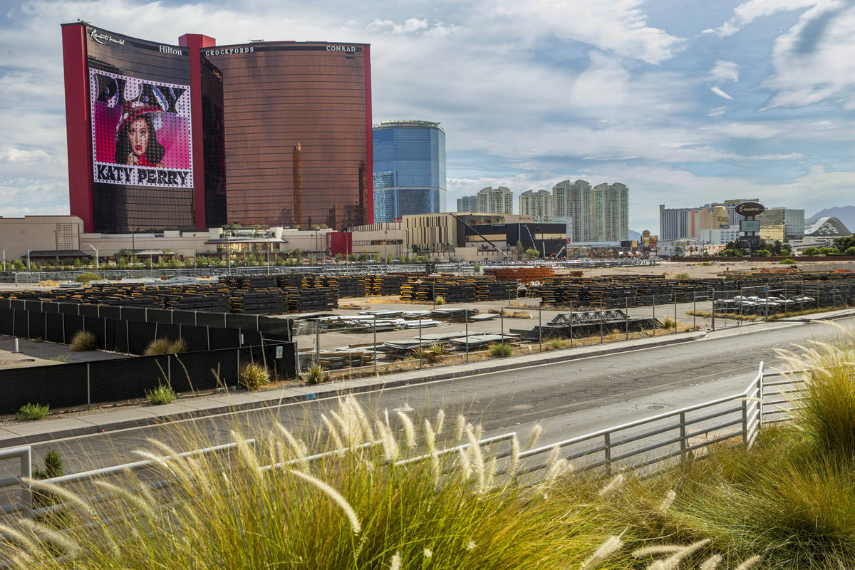 Resorts World Las Vegas con las propiedades cercanas, incluyendo los 38 acres de tierra vacía ...