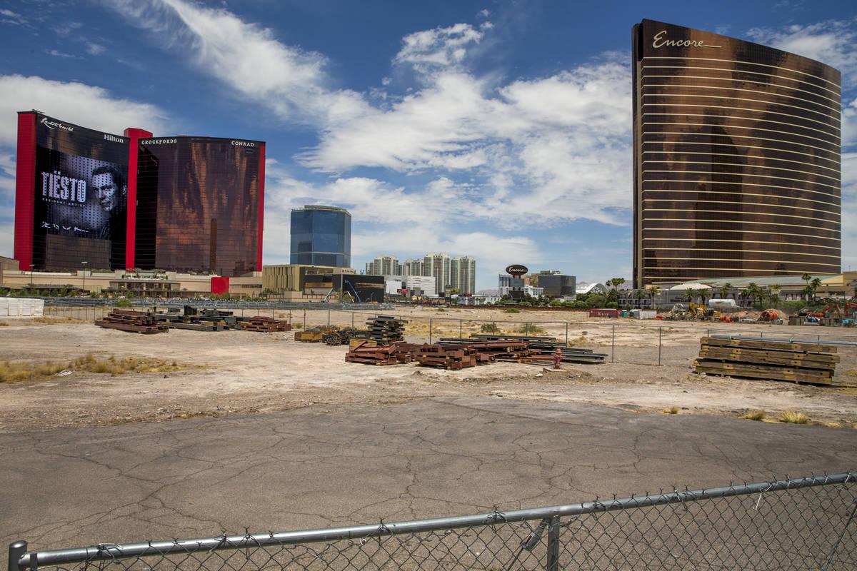 Resorts World Las Vegas con las propiedades cercanas, incluyendo los 38 acres de terreno vacío ...