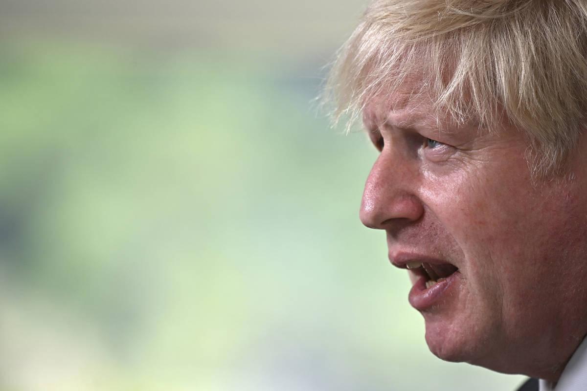 El primer ministro británico, Boris Johnson, habla durante una rueda de prensa en el último d ...