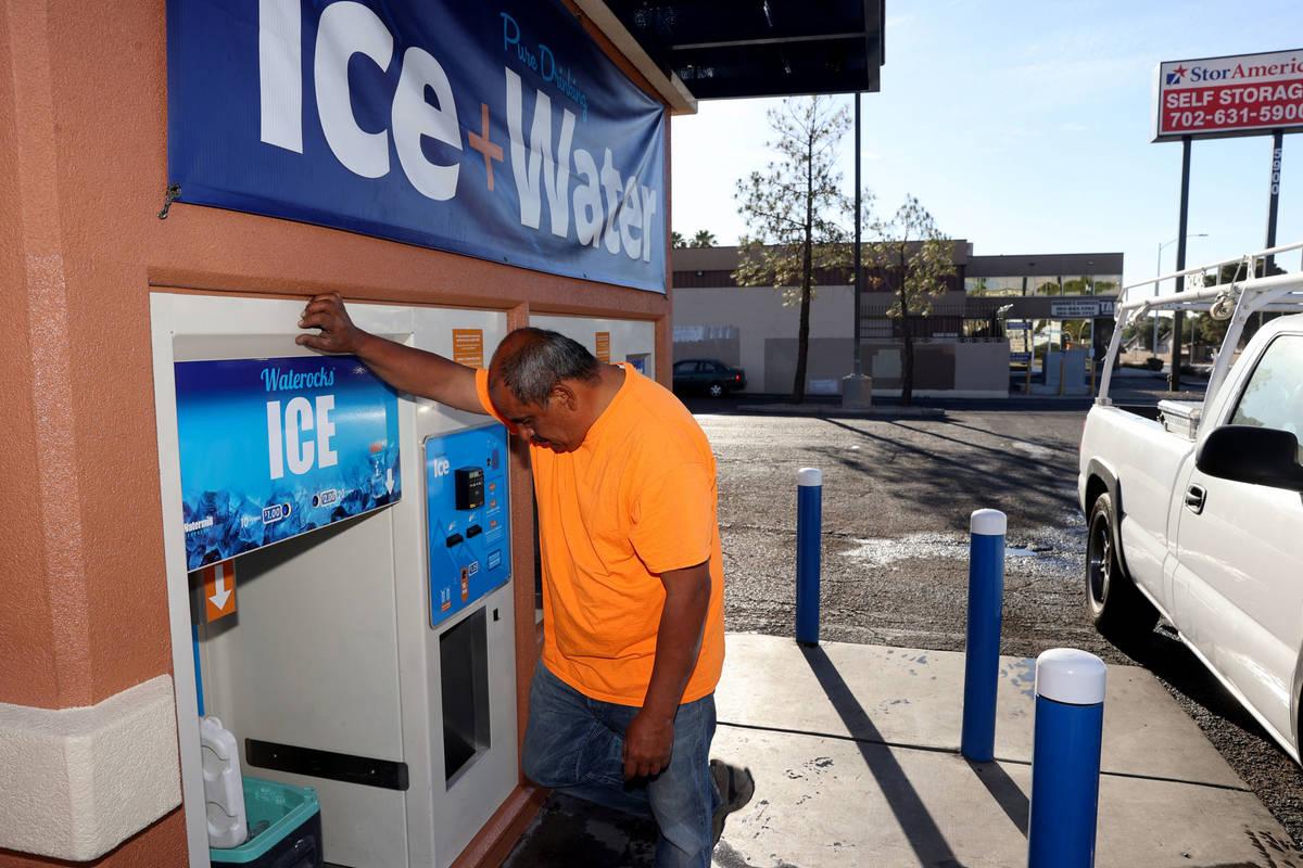 Ramiro Torres recibe hielo para su jornada laboral en un quiosco en la esquina de Smoke Ranch R ...