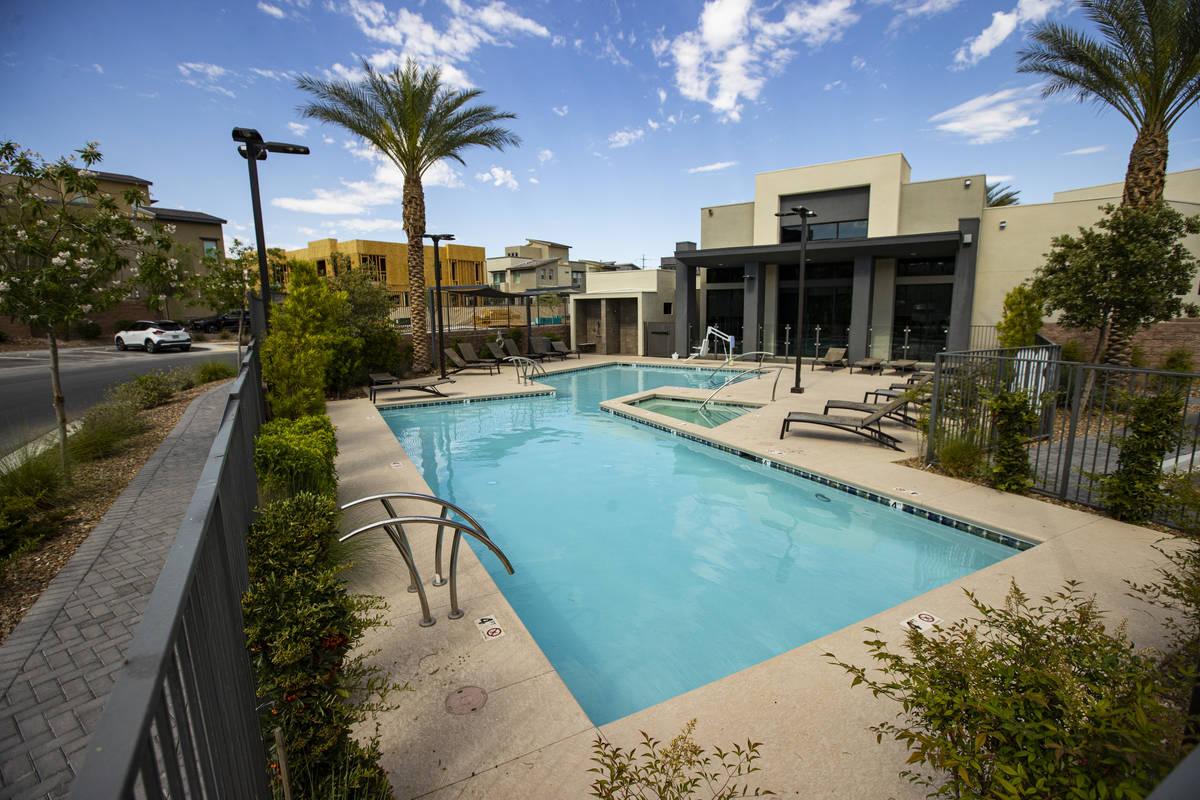 Una zona de piscina comunitaria en Affinity by Taylor Morrison en Summerlin, justo al oeste de ...