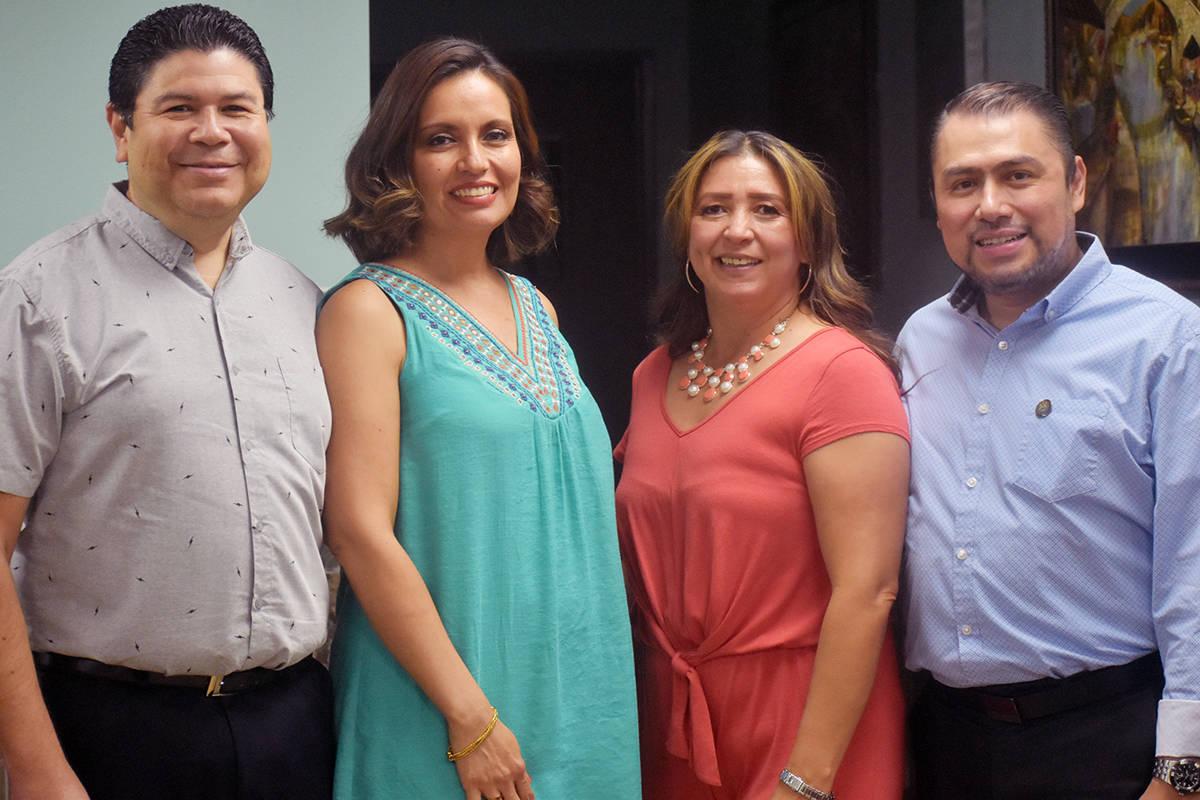 Desde la izquierda, el cónsul de El Salvador, Tirso Alberto Sermeño con su esposa, Meybell Ev ...