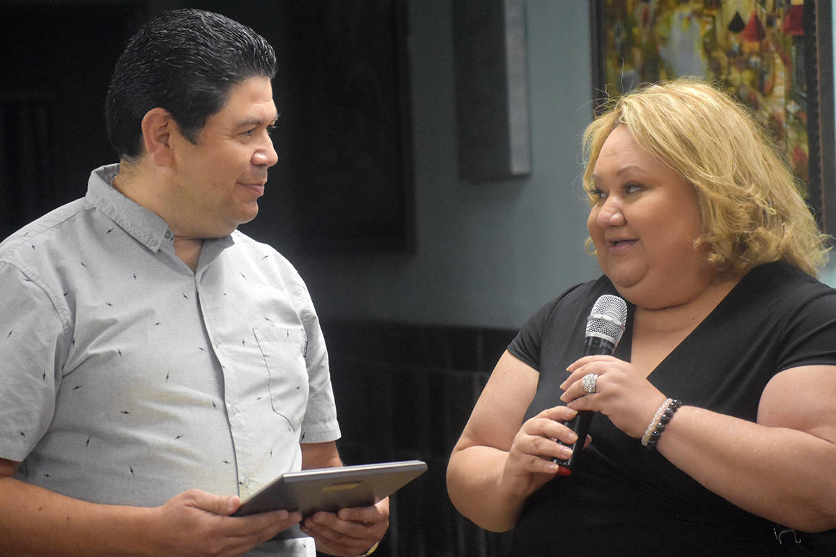 La presidenta del grupo Amigos Salvadoreños, Rhina Dheming, le agradeció al cónsul Sermeño, ...
