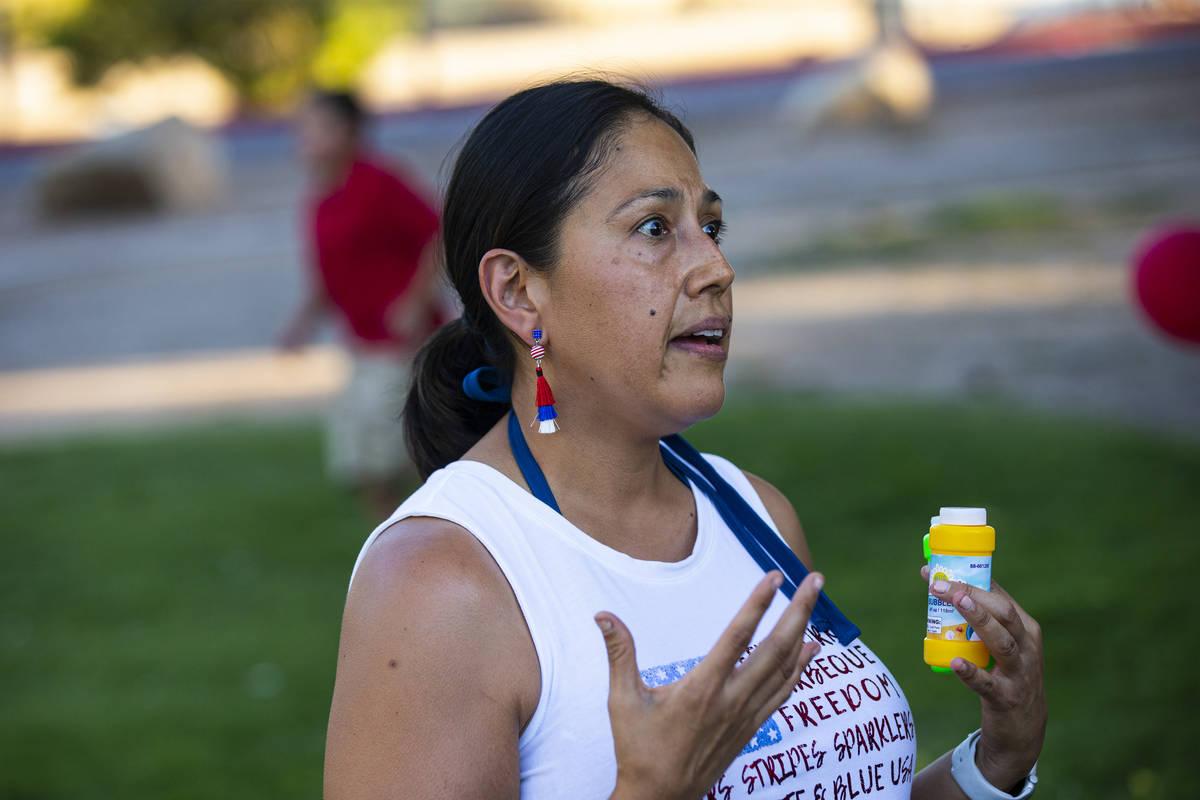 Dina Lynn, de Las Vegas, habla durante una vigilia en memoria de Liam Husted, que fue encontrad ...