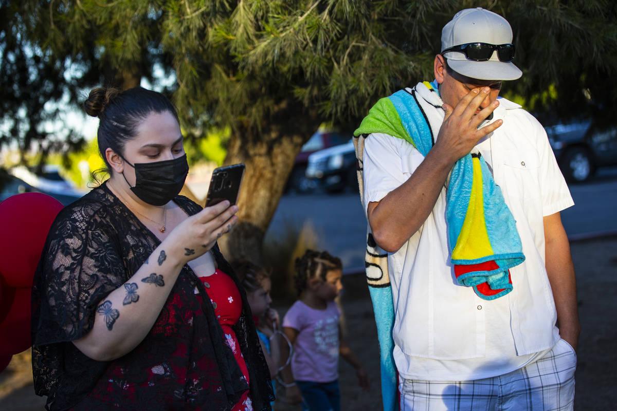 Vanessa Browning, a la izquierda, lee una declaración junto a Nicholas Husted, de San José, C ...