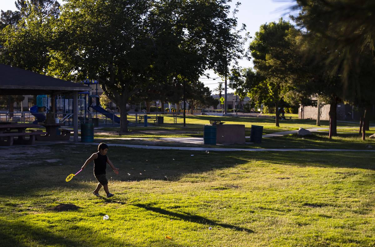 Aiden Trujillo Maldonado, de tres años, de Las Vegas, juega con burbujas durante una vigilia e ...