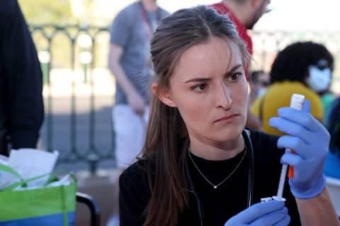 La estudiante de Asistencia Médica de la Universidad Touro, Megan Hickey, prepara las vacunas ...