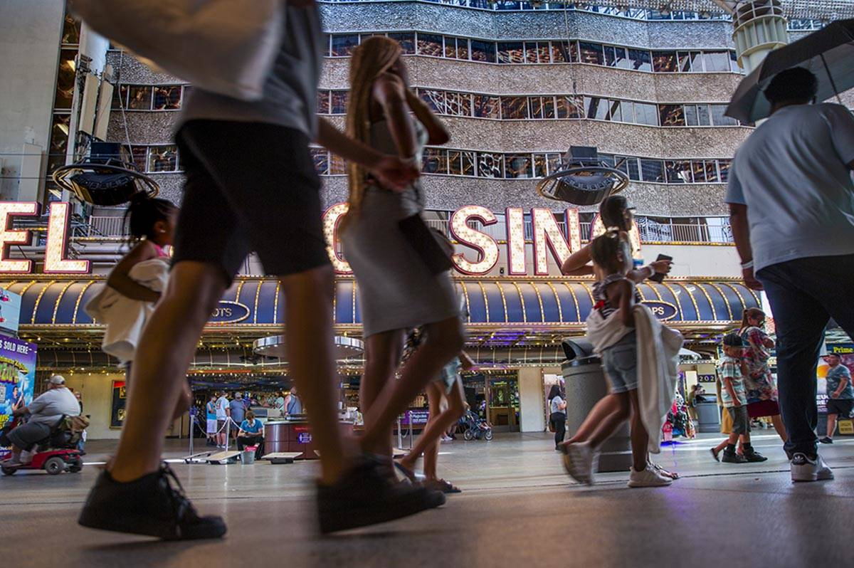 Visitantes pasean por las tiendas cercanas al D Las Vegas en Fremont Street Experience el lunes ...