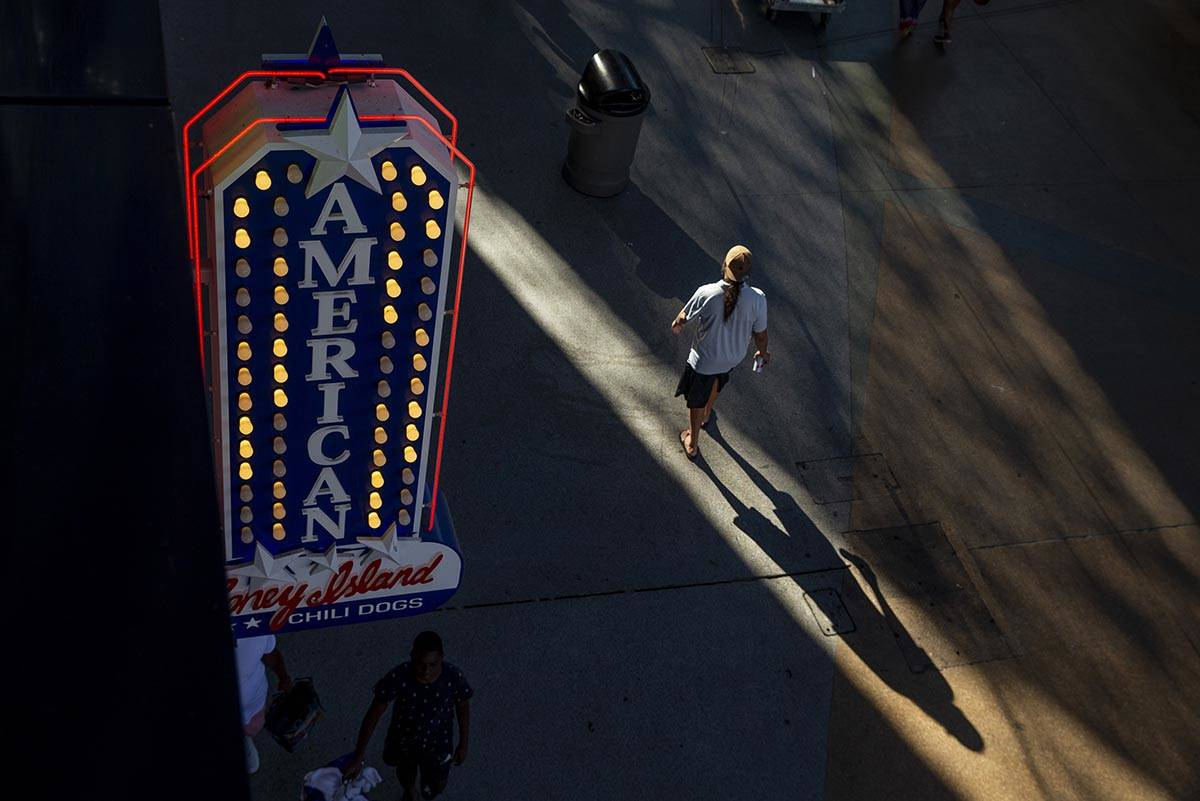 El sol del atardecer proyecta su sombra cerca del D Las Vegas en Fremont Street Experience el l ...