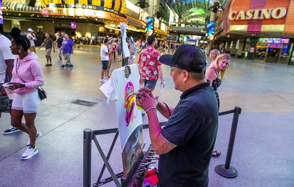 El artista Nate Tsosie con Airbrush Las Vegas crea otra camiseta personalizada en Fremont Stree ...