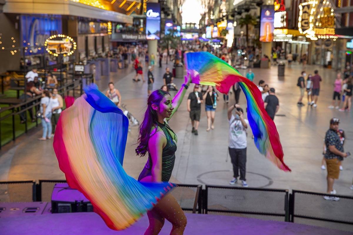 La bailarina DJ July se presenta para los visitantes que se detienen a ver su espectáculo en F ...
