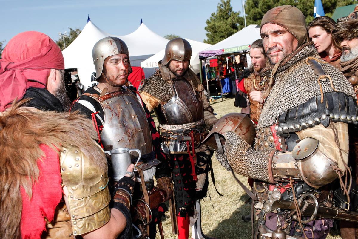 """The Dogs of War"" se reúnen durante el Age of Chivalry Renaissance Festival en Sunset Park en ..."