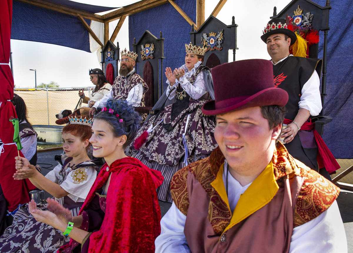La corte real con el Imperio de Umbria disfruta de las batallas que toman lugar en el Campo de ...
