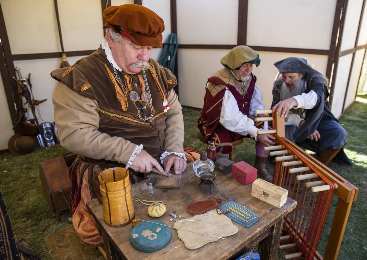 Goldsmyth Nicholas Sotheby trabaja una piedra lunar con otros artesanos durante el Age of Chiva ...