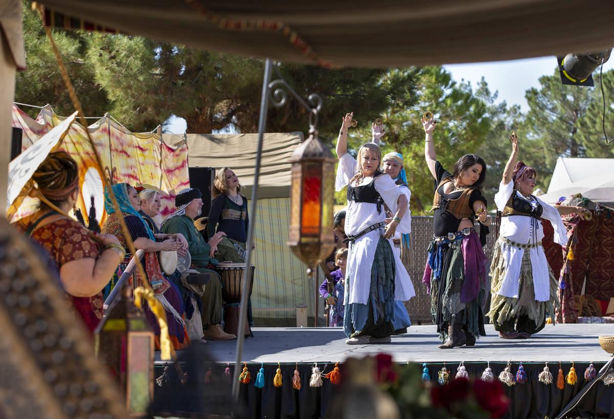 El grupo de danza Shifting Sand Belly Dance entretiene al público durante el Age of Chivalry R ...