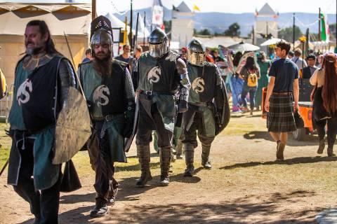 Caballeros se dirigen con otros hacia la zona de la Corte Real durante el Age of Chivalry Renai ...