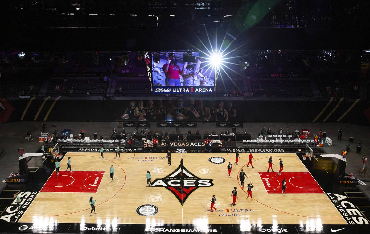 Las Vegas Aces y las New York Liberty calientan antes de un partido de la WNBA en Michelob Ultr ...