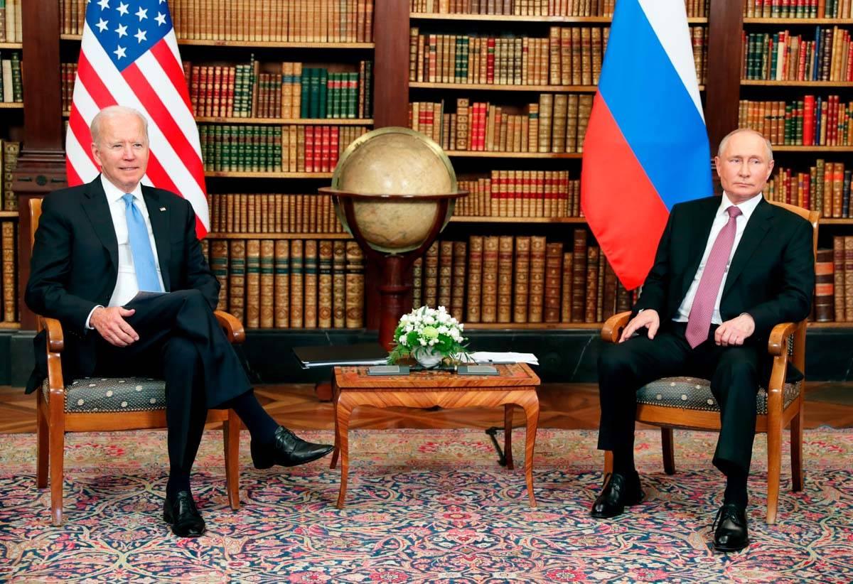 El presidente de Estados Unidos, Joe Biden, a la izquierda, y el presidente de Rusia, Vladimir ...