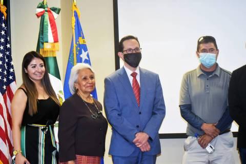 El cónsul de México, Julián Escutia –centro- junto con parte de la delegación de Jalisco ...