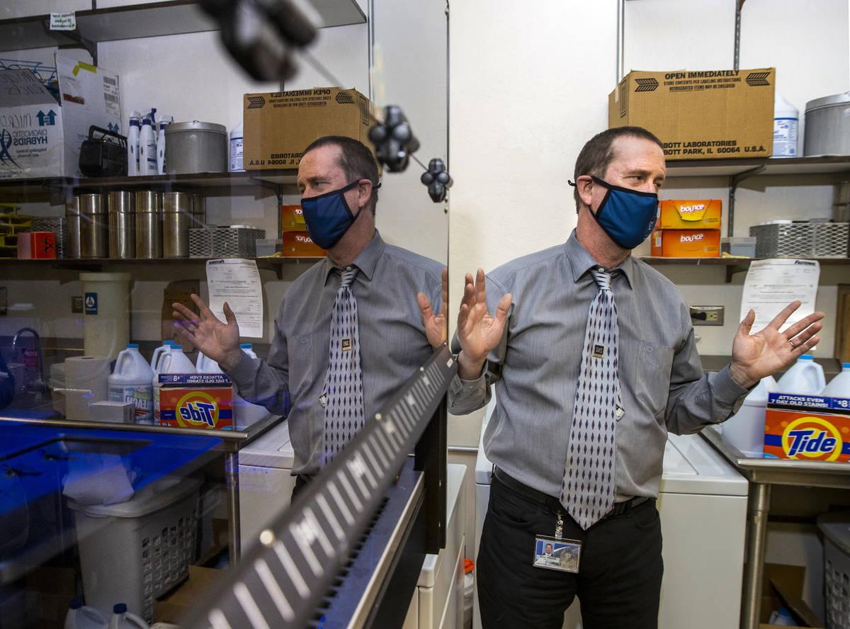 El Dr. Mark Pandori, Director del Laboratorio de Salud Pública del Estado de Nevada, con uno d ...