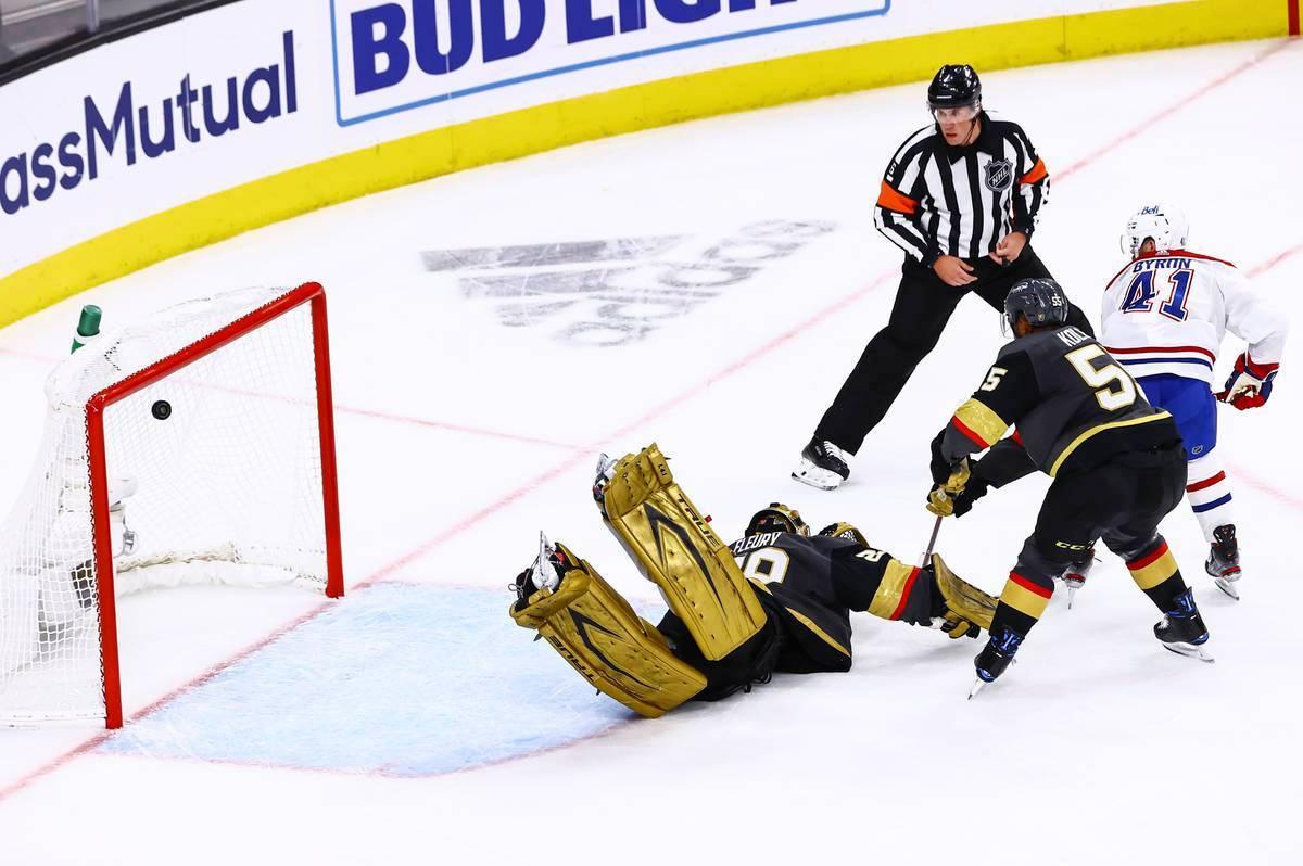 El jugador de Montreal Canadiens, Paul Byron (41), anota un gol sobre el portero de los Golden ...