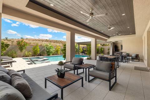 La vista desde el patio trasero de una casa propiedad del rockero Carlos Santana y en venta en ...