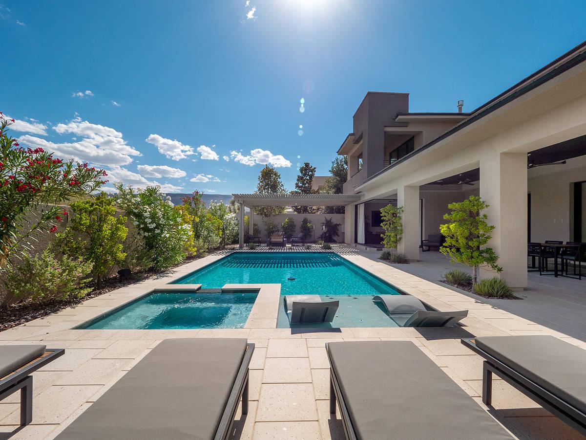 La zona de la piscina en una casa propiedad del rockero Carlos Santana y en venta en The Ridges ...