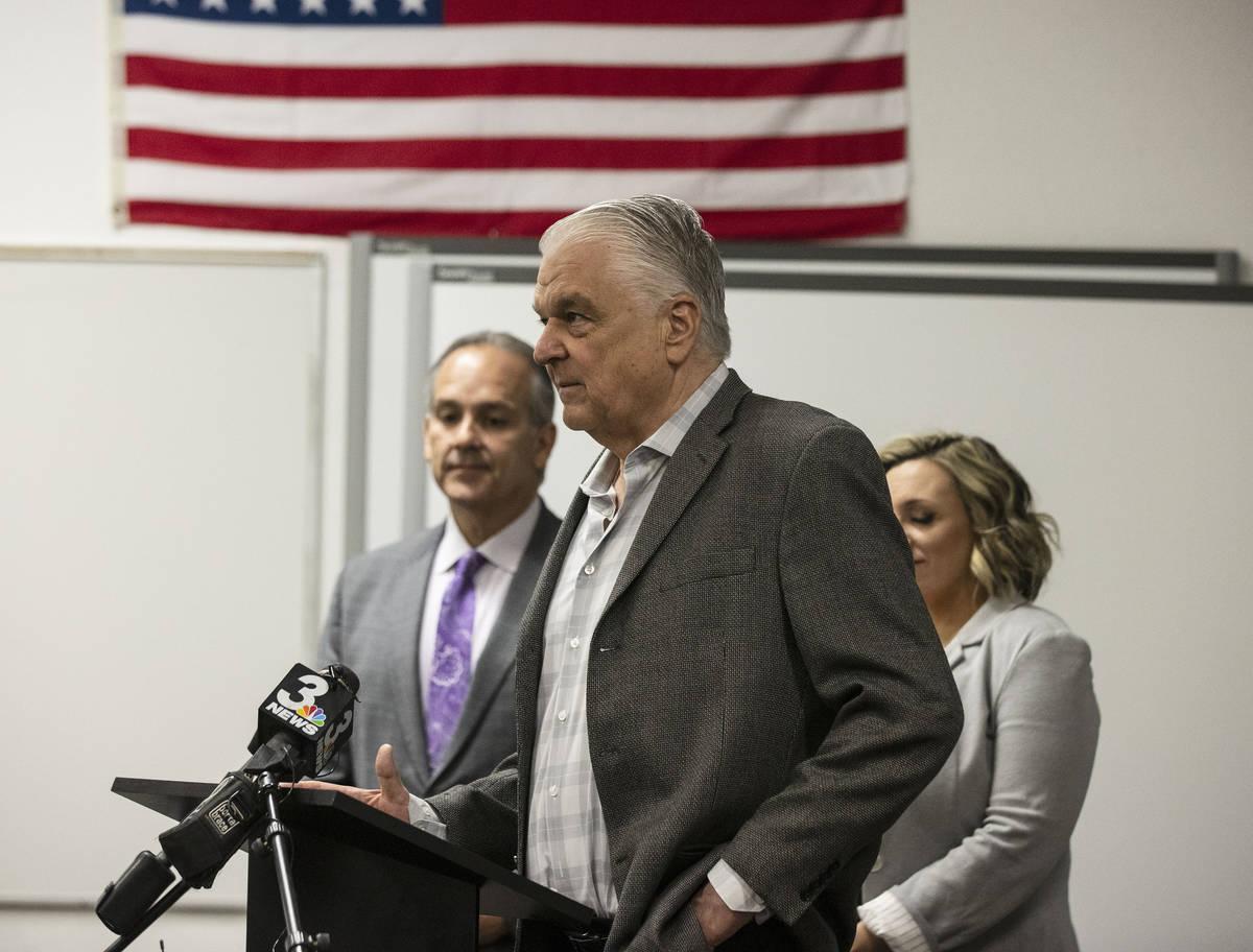 El gobernador Steve Sisolak se dirige a los medios de comunicación mientras la líder de la ma ...