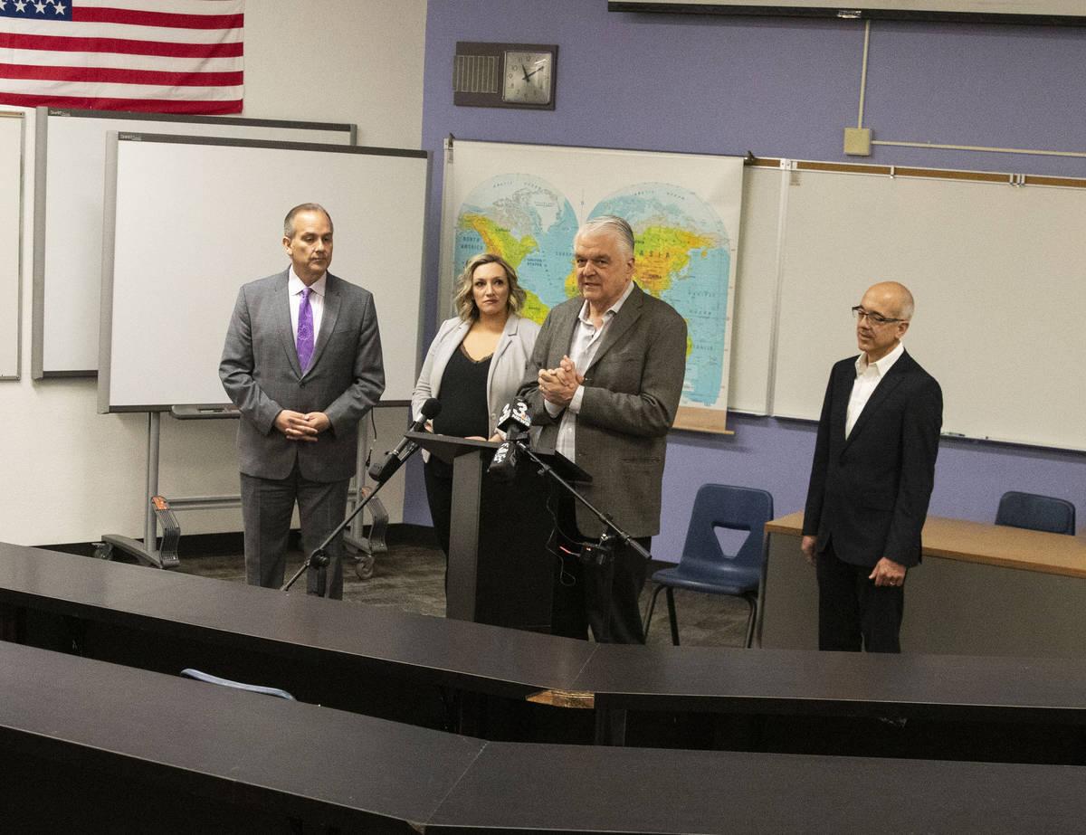 El gobernador Steve Sisolak se dirige a los medios de comunicación mientras el superintendente ...