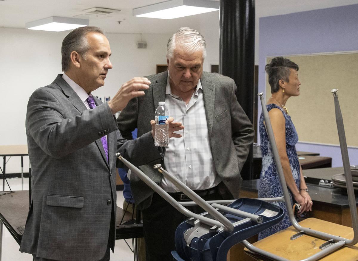 El superintendente del Distrito Escolar del Condado Clark, Jesús Jara, a la izquierda, y el go ...