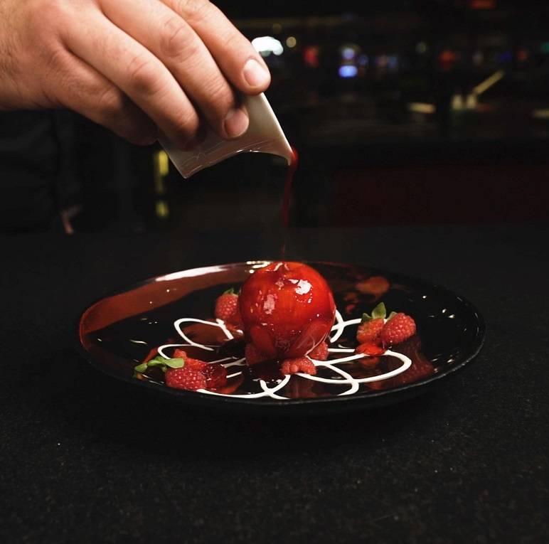 Esfera de chocolate blanco con frambuesa fresca y helado de yuzu en L'Atelier Joel Robuchon. (M ...