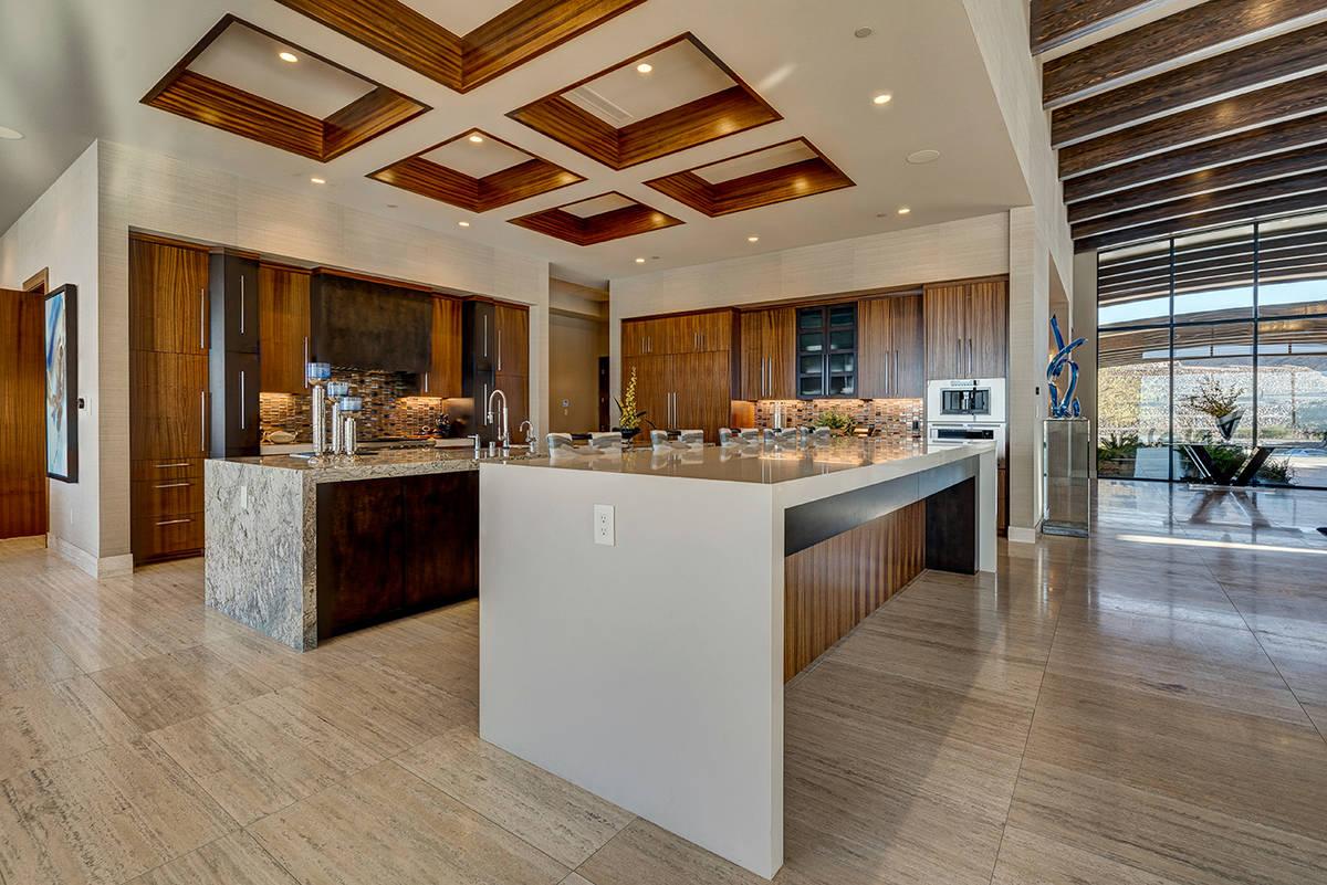La cocina. (Sun West Luxury Realty)