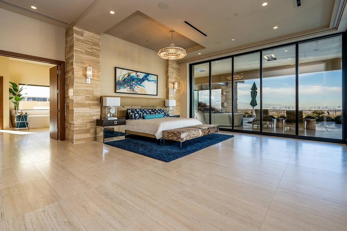 La suite principal tiene acceso a la piscina de gran tamaño y a la bañera fría. (Sun West Lu ...