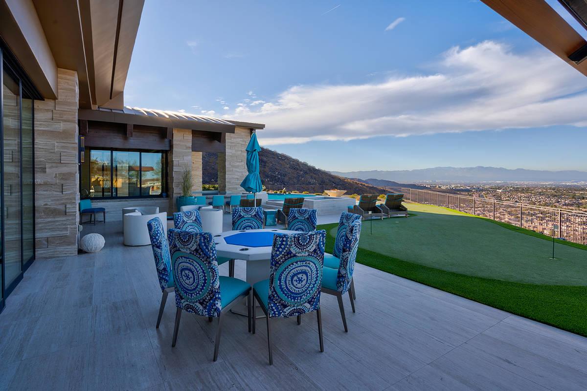 La casa tiene un putting green. (Sun West Luxury Realty)