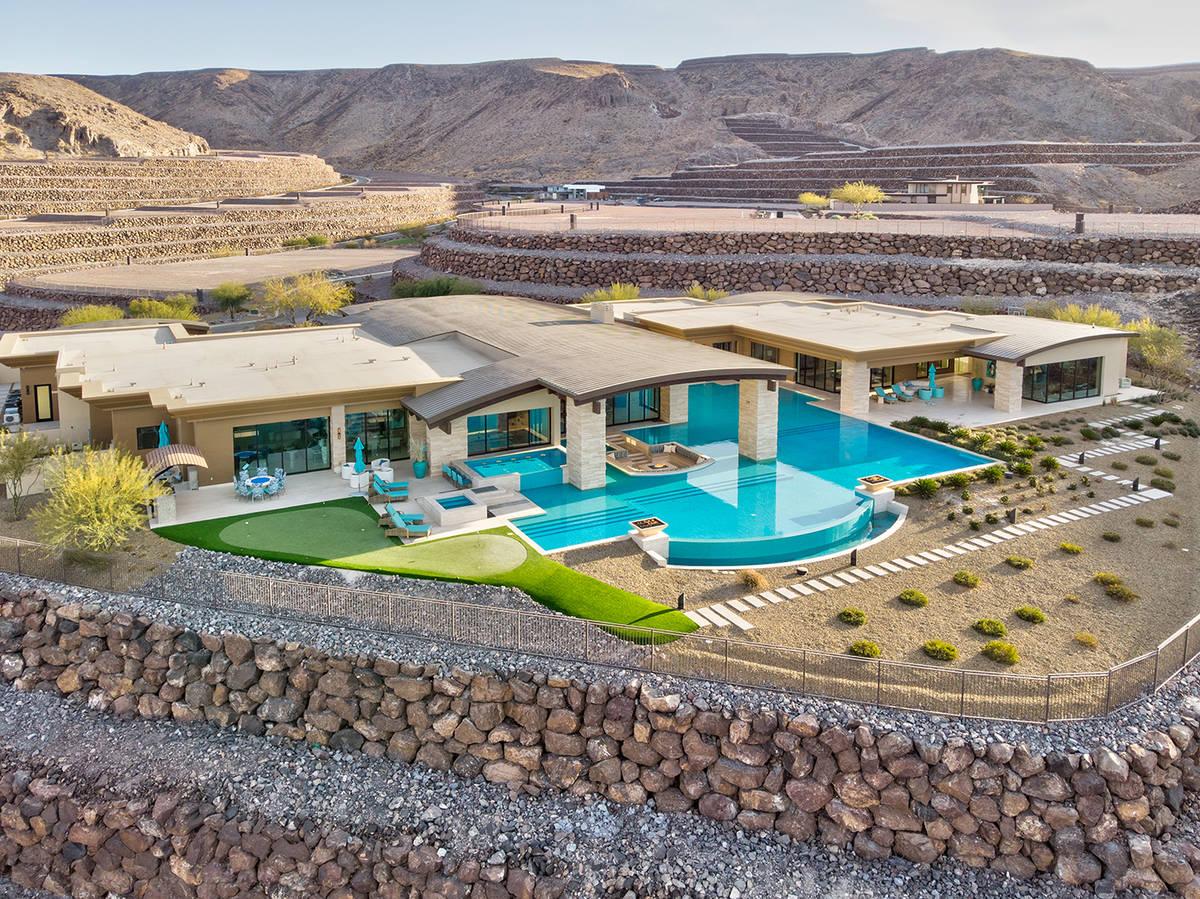 Una casa de Ascaya de 12,100 pies cuadrados con piscina, que mide casi seis mil pies cuadrados, ...