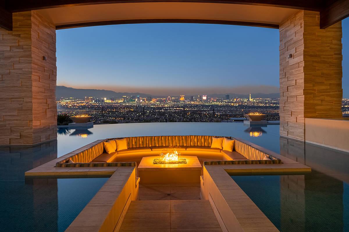 Esta zona de asientos y la hoguera se encuentran en la piscina y ofrecen amplias vistas del Str ...