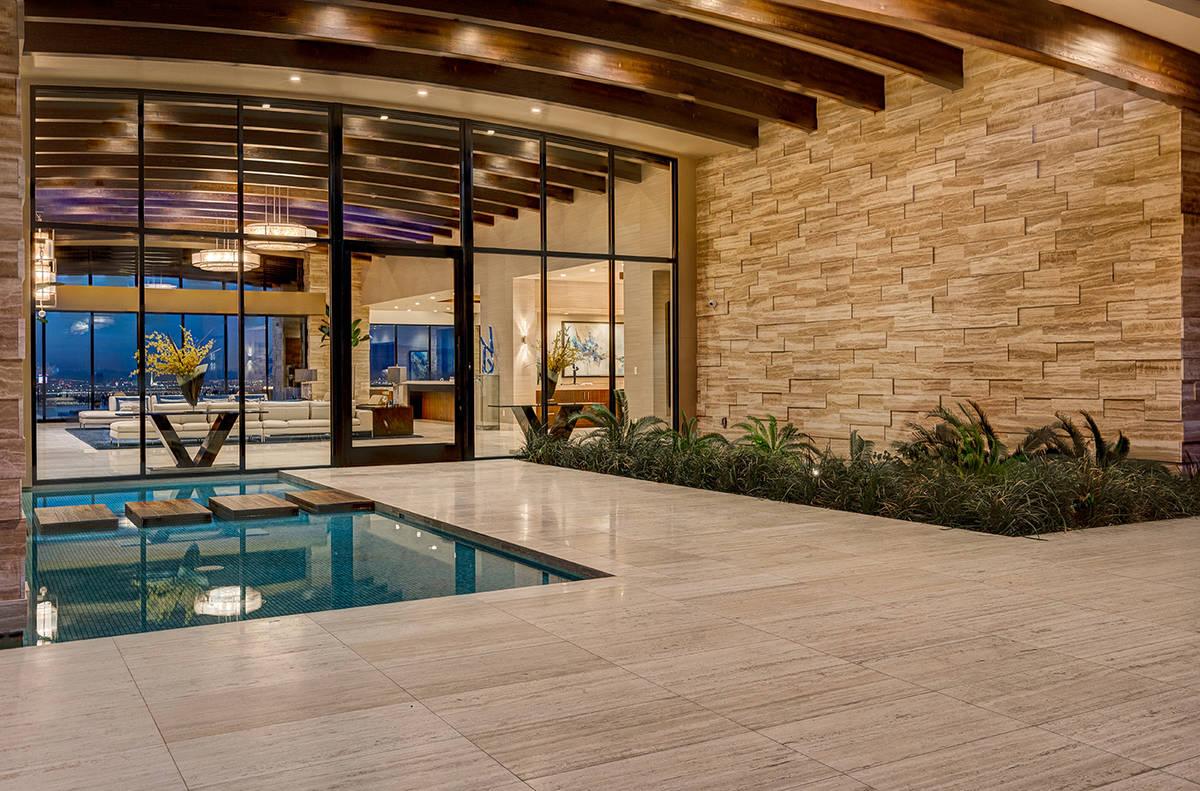 La casa de un piso fue construida por Sun West Custom Homes. (Sun West Luxury Realty)
