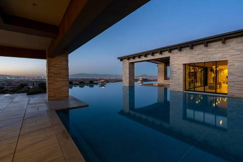 La piscina rodea la casa. (Sun West Luxury Realty)