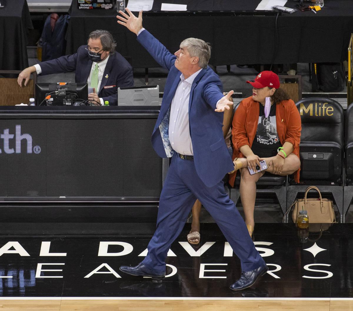 El entrenador de Las Vegas Aces, Bill Laimbeer, impugna una falta contra las New York Liberty d ...