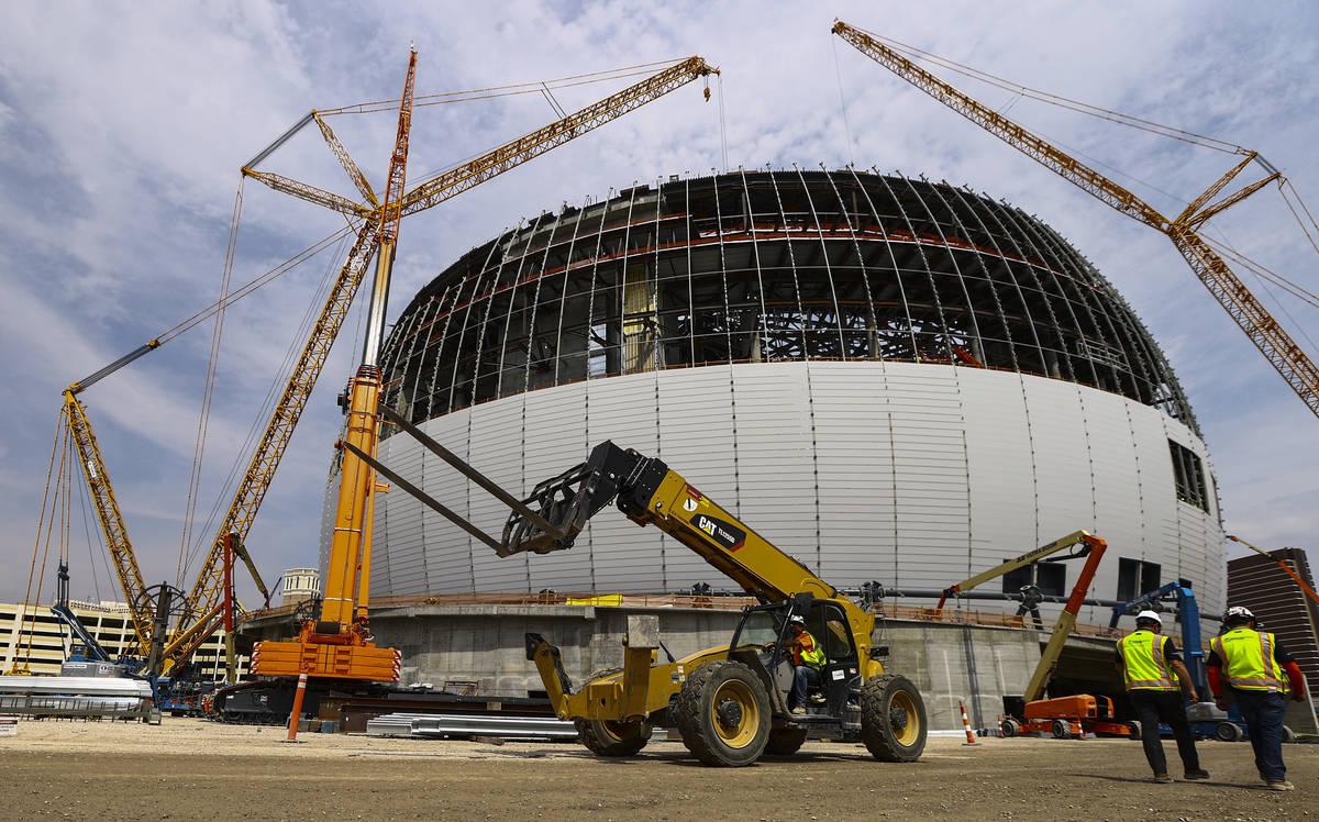La construcción continúa durante un recorrido por la Madison Square Garden Sphere en The Vene ...