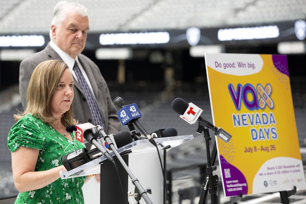 Heidi Parker, directora ejecutiva de Immunize Nevada, ayuda a anunciar un programa de incentivo ...