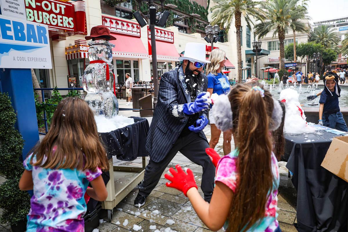 """Marco Villarreal, conocido como """"Vegas Ice Man"""" tiene una pelea de bolas de nieve con sus hijas ..."""