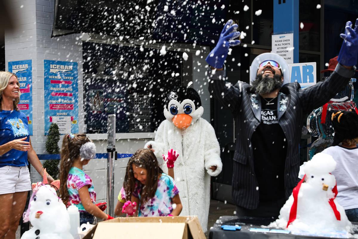 """Marco Villarreal, conocido como """"Vegas Ice Man"""" lanza nieve al aire en un evento para promocion ..."""