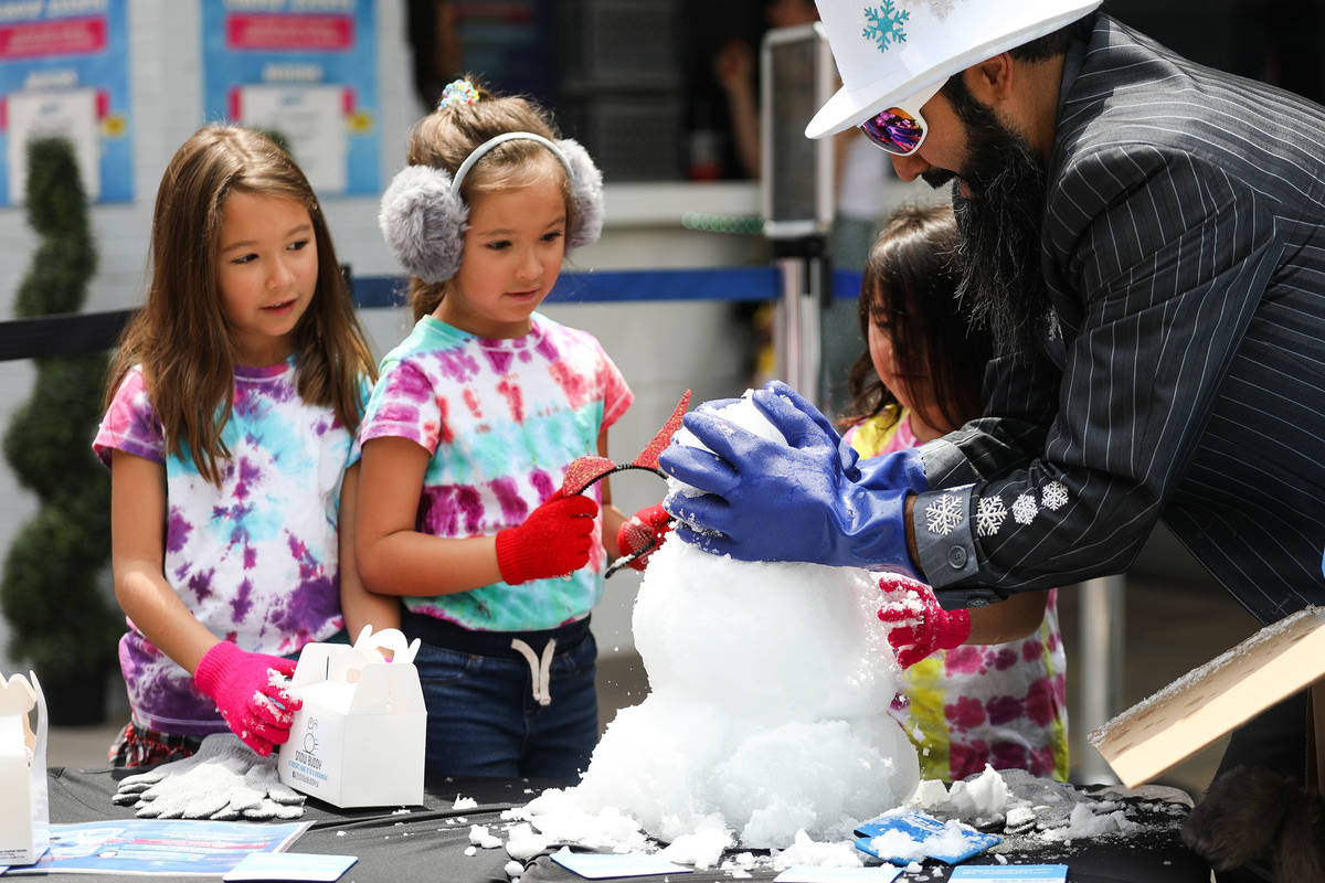 """Marco Villarreal, conocido como """"Vegas Ice Man"""", ayuda a sus hijas Mabel Villarreal, de siete a ..."""