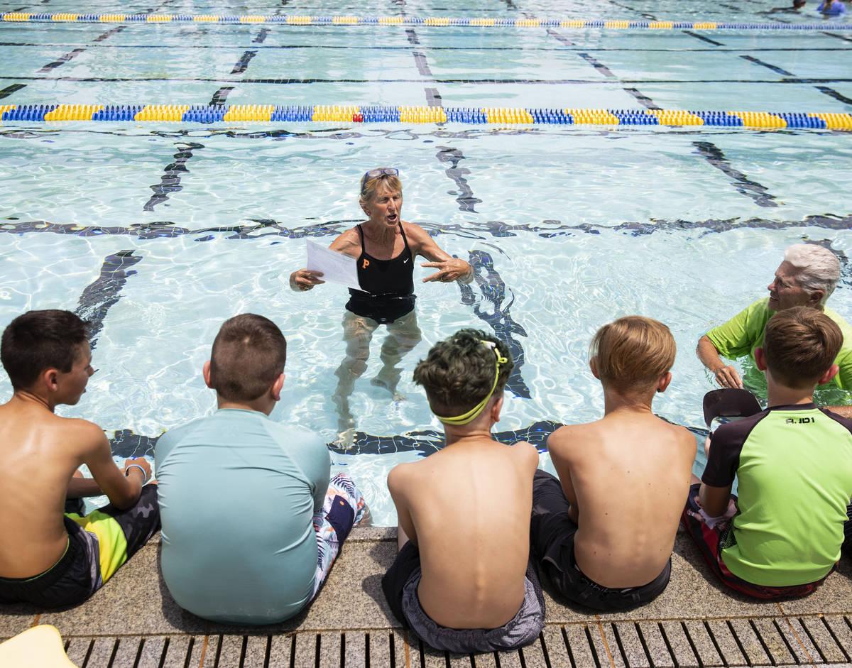 Niños escuchan las instrucciones de Sara Carroll, una instructora voluntaria, durante la 12ª ...