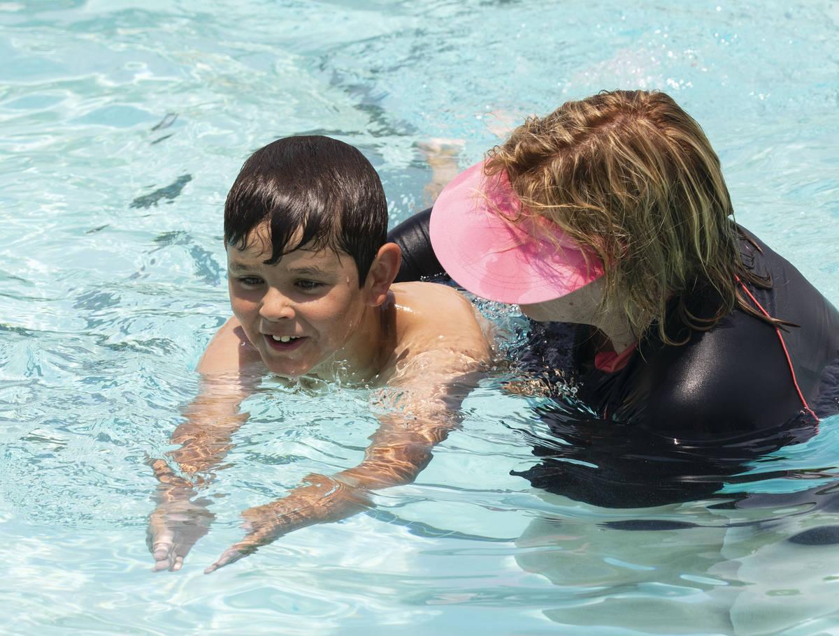 Kim Tyler, instructora voluntaria, ayuda a Landyn Rowe, de 10 años, durante la 12ª Lección d ...