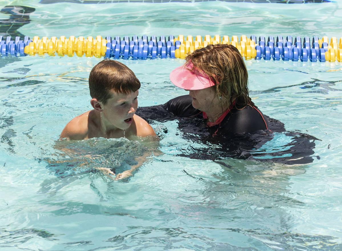 Kim Tyler, instructora voluntaria, ayuda a Colbe Boyle, de 10 años, durante la 12ª Lección d ...