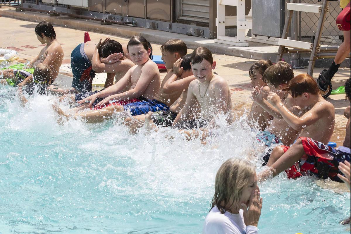Niños salpican agua durante la 12ª Lección de natación más grande del mundo en Boulder Cit ...