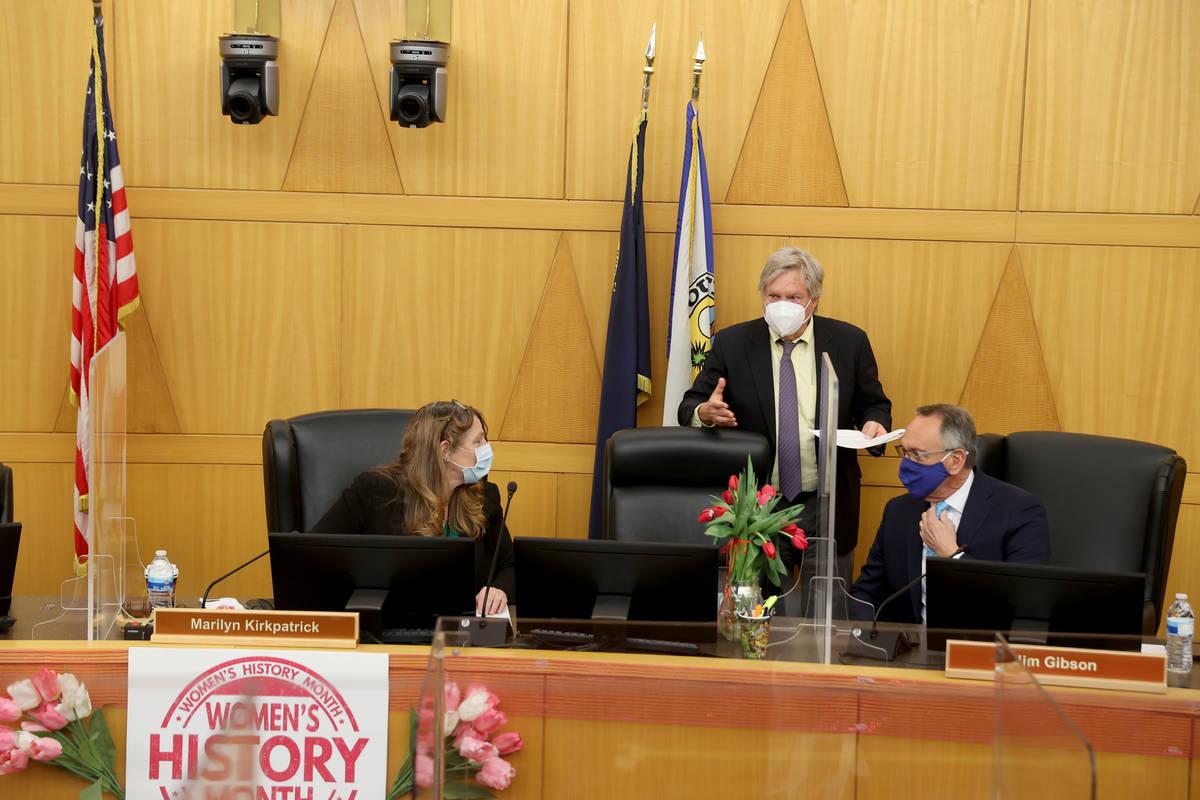 Los comisionados del Condado Clark, de izquierda a derecha, la presidenta Marilyn Kirkpatrick, ...