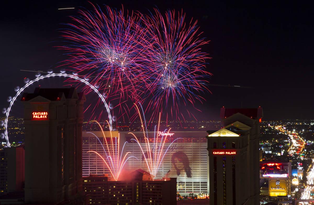Un espectáculo de fuegos artificiales se dispara en Caesars Palace en el Strip para dar inicio ...